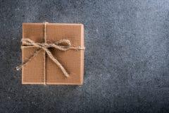 Teraźniejszy pudełko na ciemnym tle, kartka z pozdrowieniami wakacji pojęcie Bożych Narodzeń, mas i nowego roku 2018 pojęcie, Zdjęcie Stock