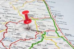 Teramo ha appuntato su una mappa dell'Italia Immagine Stock