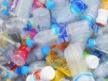 Återanvända mitten samlar plast- flaskor Fotografering för Bildbyråer
