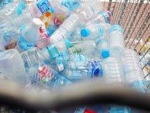 Återanvända mitten samlar plast- flaskor Royaltyfri Bild