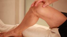 Terapeut Giving Leg Massage i Spa behandlig av en kalvmuskel stock video