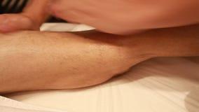 Terapeut Giving Leg Massage i Spa behandlig av en kalvmuskel arkivfilmer