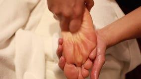 Terapeut Giving Leg Massage i Spa behandlig av en kalvmuskel lager videofilmer