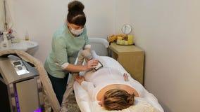 Terapeut som applicerar lipomassage stock video