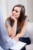 Terapeut som för en intervju med patienten Arkivbild