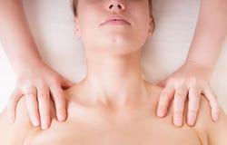 Terapeut som gör skuldramassage Fotografering för Bildbyråer