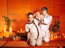Terapeut som ger sig sträcka massage till kvinnan. Arkivbild
