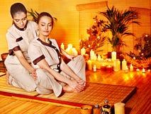 Terapeut som ger sig sträcka massage till kvinnan. Arkivbilder