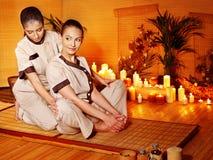 Terapeut som ger sig sträcka massage till kvinnan. Arkivfoto
