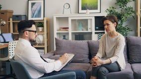Terapeut som i regeringsst?llning som talar till den kvinnliga patienten g?r anm?rkningar som fr?gar fr?gor lager videofilmer