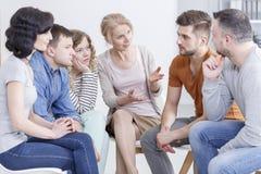 Terapeut som talar till patienter Arkivfoto