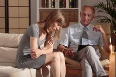 Terapeut som tar omsorg om patient Royaltyfri Fotografi