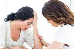 Terapeut som tröstar hennes patient Arkivfoto