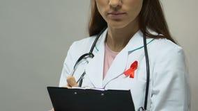 Terapeuta com a medicamentação de prescrição da fita vermelha, luta contra a epidemia de SIDA filme