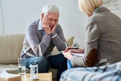 Terapeuta Consulting Senior Patient fotos de archivo libres de regalías
