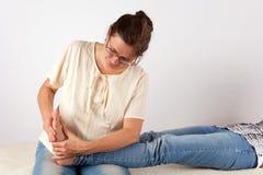 Terapeuta de Bowen que dá a massagem do pé Foto de Stock Royalty Free