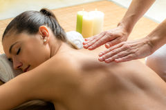 Terapeuta de Reiki que hace el tratamiento en la parte posterior de la hembra Foto de archivo