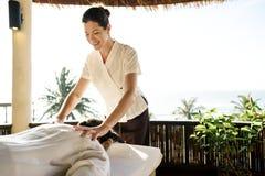 Terapeuta de sexo femenino del masaje que da un masaje en un balneario Fotos de archivo libres de regalías