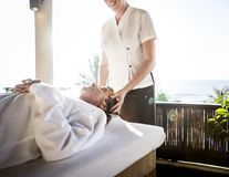 Terapeuta de sexo femenino del masaje que da un masaje en un balneario Imagen de archivo
