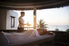 Terapeuta de sexo femenino del mensaje que da un masaje en un balneario Fotografía de archivo libre de regalías