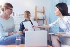Terapeuta de sexo femenino y niño adolescente con la mamá durante prueba sicoterapia Imágenes de archivo libres de regalías
