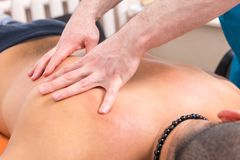 Terapeuta de sexo masculino Giving Back Massage del masaje a servir Fotografía de archivo