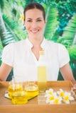 Terapeuta de sorriso da beleza que guarda a bandeja de tratamentos da beleza fotos de stock royalty free