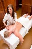 Terapeuta del masaje en un balneario del viejo estilo Fotografía de archivo