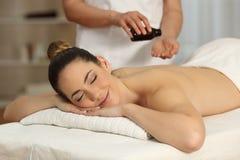 Terapeuta del masaje que aplica el aceite en manos Imagen de archivo libre de regalías