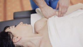 Terapeuta del masaje que hace el masaje de cuello almacen de metraje de vídeo