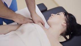 Terapeuta del masaje que hace el masaje de hombro almacen de metraje de vídeo