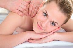 Terapeuta do homem que faz massagens o ombro e os bra?os f?meas Procedimentos de relaxamento dos termas Medicina alternativa da b foto de stock royalty free