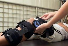 terapeuta egzamininuje cierpliwego ` s kolano z kolanowym brasem fotografia stock