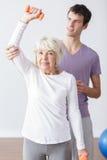 Terapeuta físico útil fotos de archivo libres de regalías