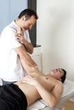 Terapeuta físico con el paciente que aplica osteopatía Foto de archivo libre de regalías