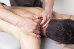 Terapeuta físico que aplica terapia myofascial fotografía de archivo