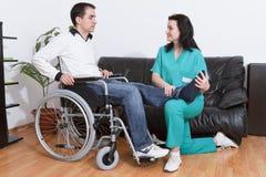 Terapeuta físico que trabaja con el paciente imagen de archivo