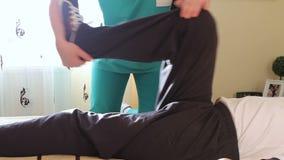 Terapeuta físico que trabalha com paciente video estoque