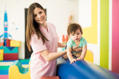 Terapeuta hermoso que trabaja con el bebé fotos de archivo libres de regalías
