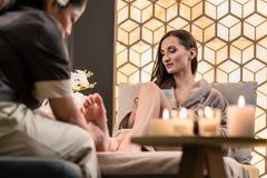 Terapeuta masuje stopę żeński klient w Azjatyckim pięknie Obraz Royalty Free