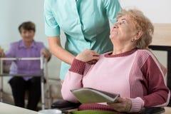 Terapeuta no lar de idosos Foto de Stock Royalty Free