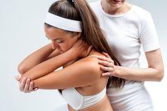 Terapeuta Osteopathic que faz a rotação do ombro foto de stock