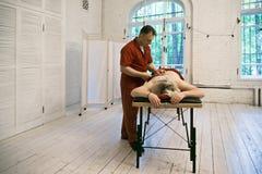 Terapeuta podczas moxibustion terapii Obraz Stock