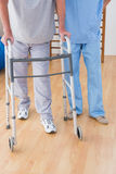 Terapeuta pomaga starszego mężczyzna Zdjęcia Stock