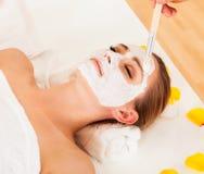 Terapeuta que aplica uma máscara protetora fotos de stock royalty free