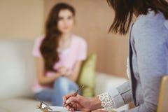 Terapeuta que escucha su paciente Imagen de archivo libre de regalías