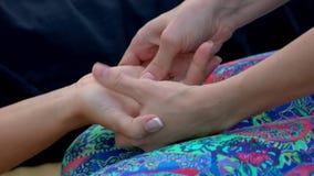 Terapeuta que faz a massagem da mão do acupressure vídeos de arquivo