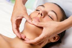 Terapeuta que faz massagens o queixo fêmea fotografia de stock royalty free