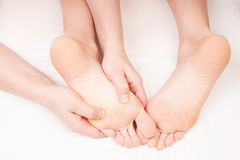 Terapeuta que faz uma massagem do pé que pressiona zonas do reflexology Imagem de Stock