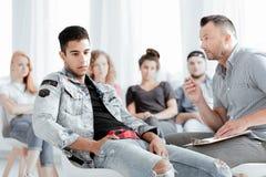 Terapeuta que habla con el adolescente Imagen de archivo libre de regalías